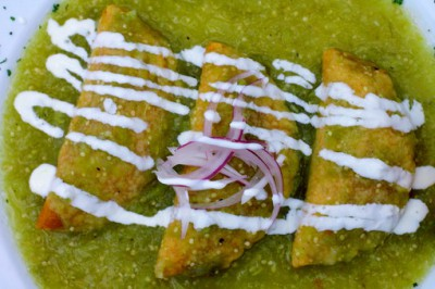 Empanadas de camarón en salsa verde